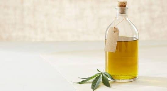 Une bouteille d'huile de CBD